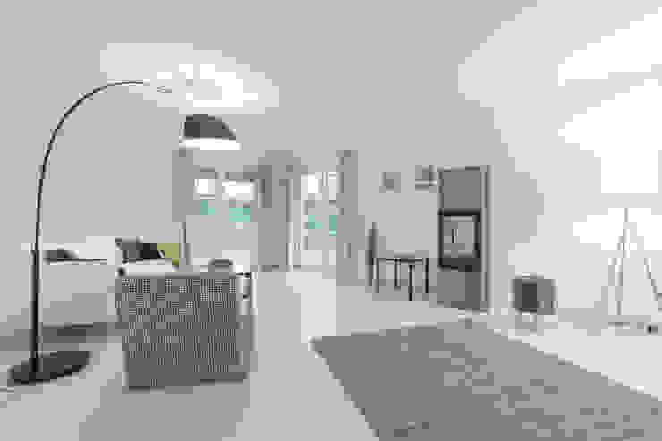 Wohnzimmer nachher: modern  von IMMOTION Home Staging,Modern