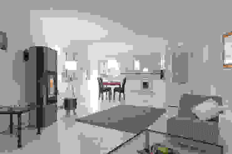 Wohnbereich nachher: modern  von IMMOTION Home Staging,Modern