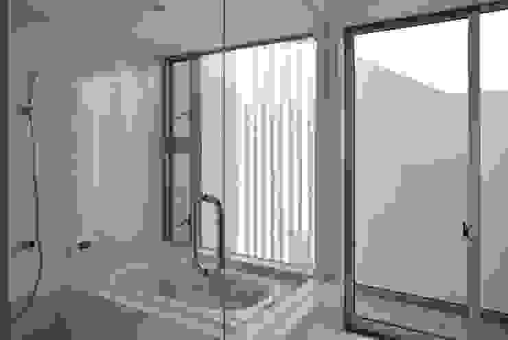 Modern bathroom by 島田博一建築設計室 Modern