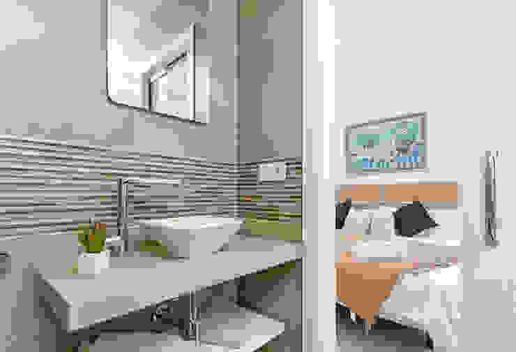 Baño y dormitorio Salones modernos de Espacios y Luz Fotografía Moderno