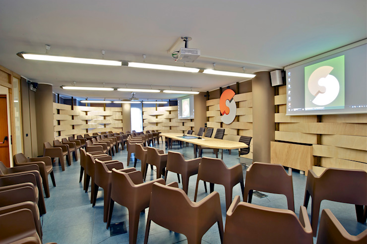 Sala conferenze CM Sala multimediale in stile rustico di Fabio Gianoli Rustico