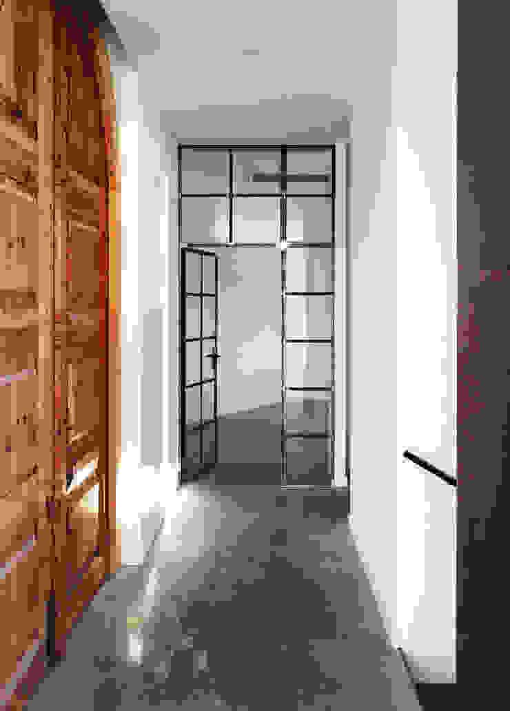 ทางเดินในเมดิเตอร์เรเนียนห้องโถงและบันได โดย 08023 Architects เมดิเตอร์เรเนียน