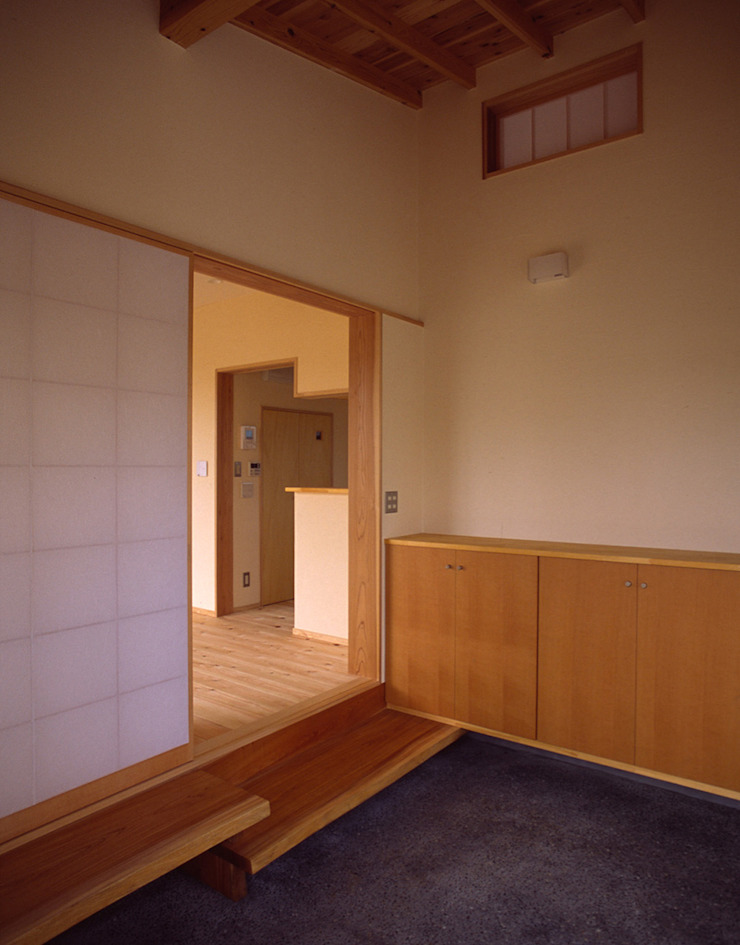 玄関土間 オリジナルデザインの 多目的室 の 八島建築設計室 オリジナル