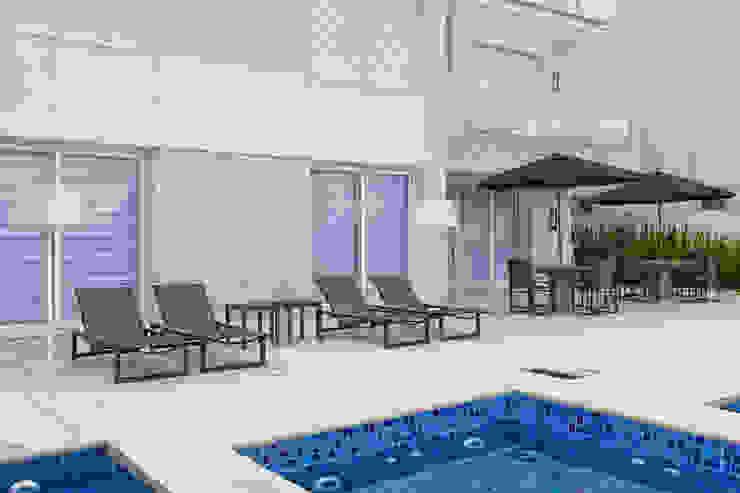 Casa em Jurerê Internacional – SC – Brasil Piscinas clássicas por Samara Barbosa Arquitetura Clássico