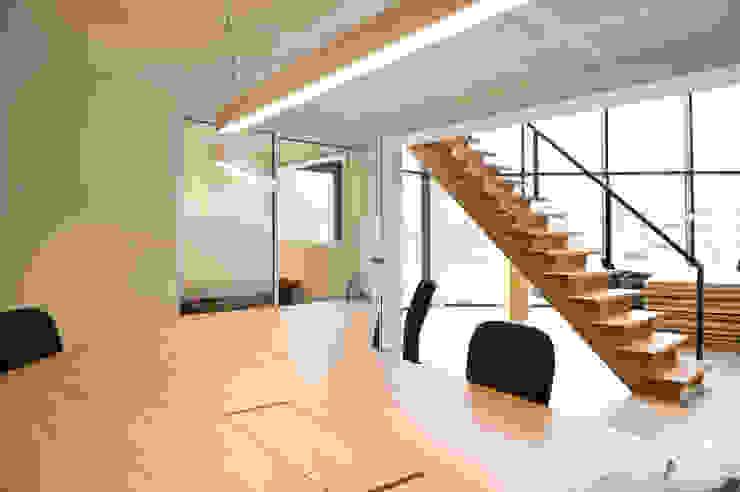 Renovatie burelen Kringwinkel Wrak Minimalistische kantoorgebouwen van Het Kantoor van Morgen Minimalistisch