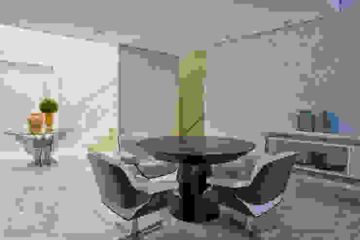 Casa em Jurerê Internacional – SC – Brasil Escritórios clássicos por Samara Barbosa Arquitetura Clássico