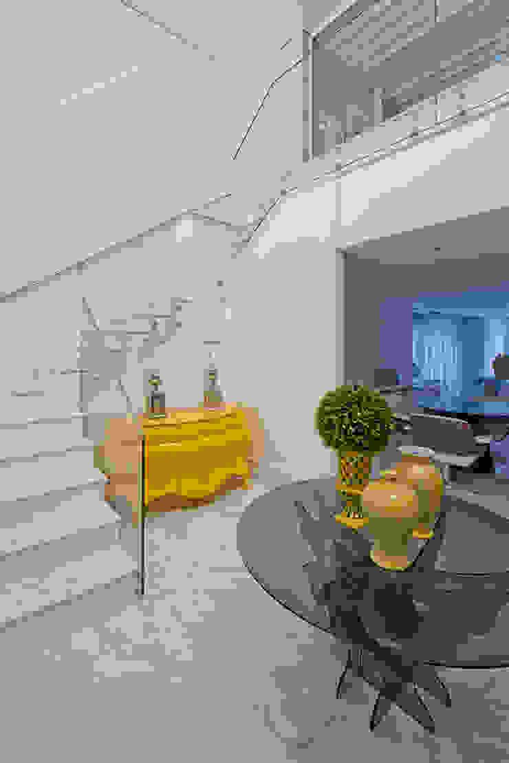Classic style corridor, hallway and stairs by Samara Barbosa Arquitetura Classic