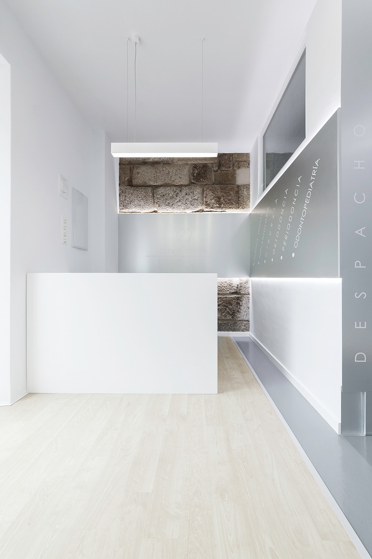 Clinica dental Dr. Pablo Sieiro Clínicas de estilo minimalista de Nan Arquitectos Minimalista