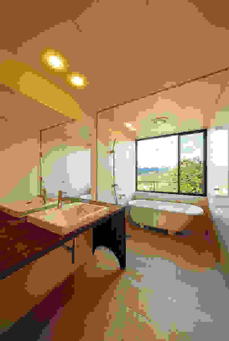 Modern bathroom by 傳寶慶子建築研究所 Modern