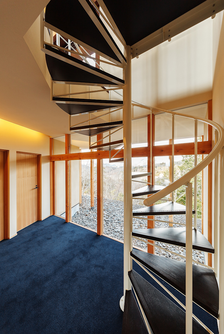 Modern corridor, hallway & stairs by 傳寶慶子建築研究所 Modern