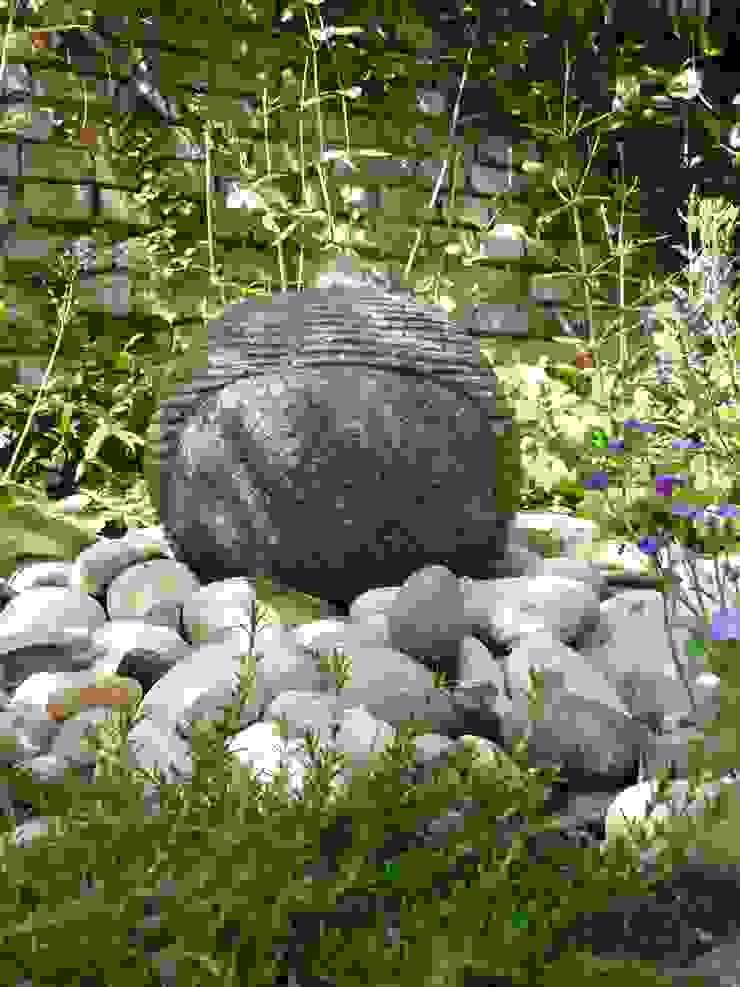 Secret Courtyard Garden: classic  by Cornus Garden Design, Classic