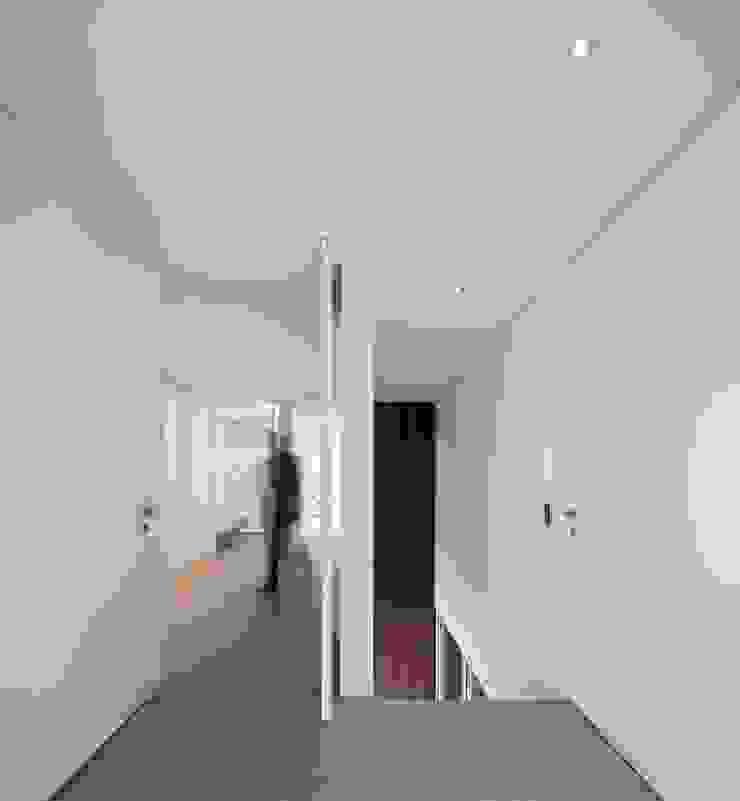 Casa BE Corredores, halls e escadas modernos por spaceworkers® Moderno