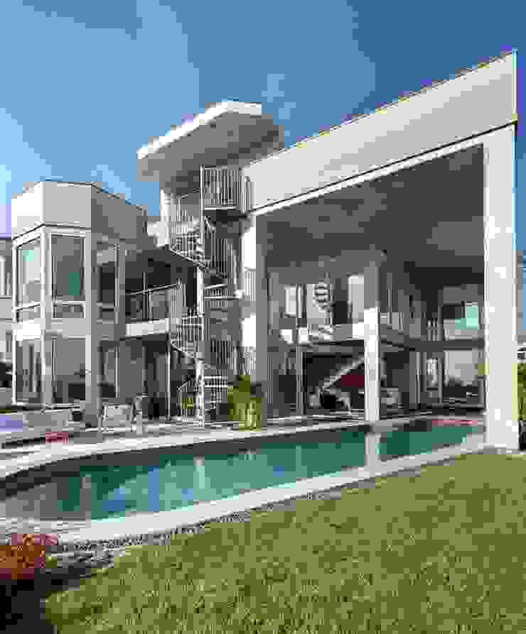 San clemente indoor/outdoor Balcon, Veranda & Terrasse modernes par Dupuis Design Moderne