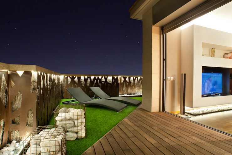 Duplex en Barcelona Balcones y terrazas de estilo moderno de The Pont design Moderno