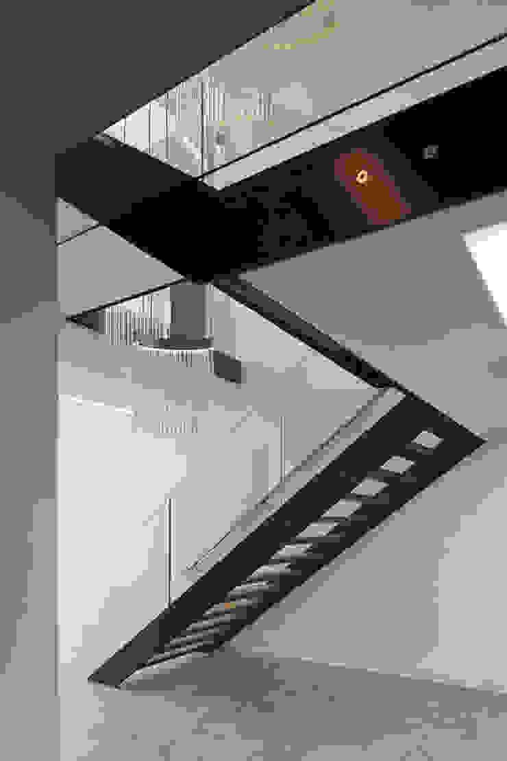 Bridge House Moderne gangen, hallen & trappenhuizen van 123DV Moderne Villa's Modern