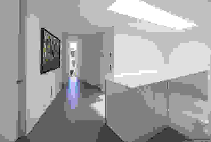 Modern corridor, hallway & stairs by 123DV Moderne Villa's Modern