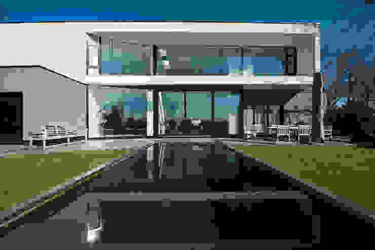 East West Villa:  Terras door 123DV Moderne Villa's, Modern