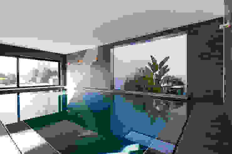 East West Villa:  Zwembad door 123DV Moderne Villa's, Modern