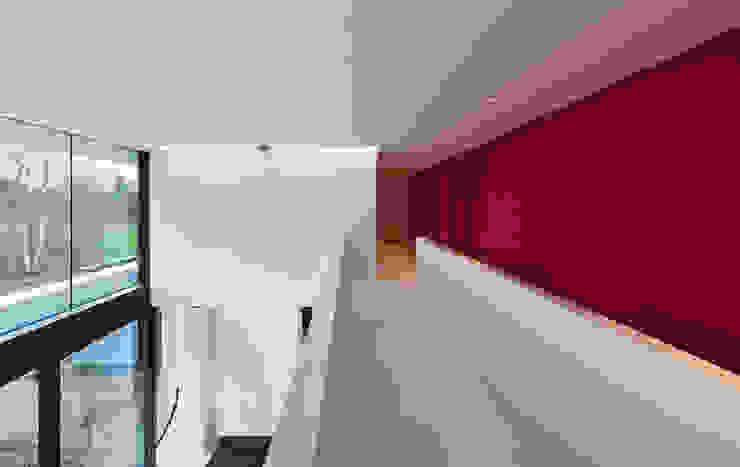 East West Villa Moderne gangen, hallen & trappenhuizen van 123DV Moderne Villa's Modern