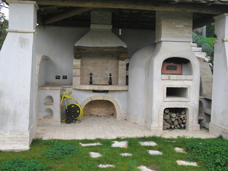 Barbecue oven and fireplace di La Fleche Design Mediterraneo
