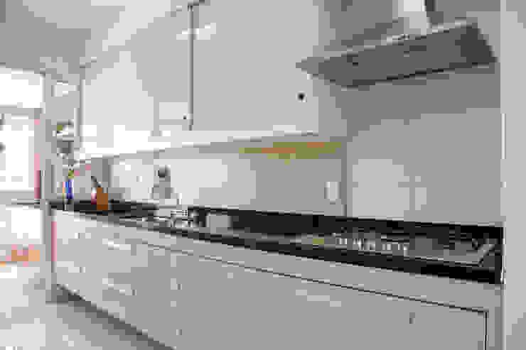 Modern Kitchen by Tikkanen arquitetura Modern