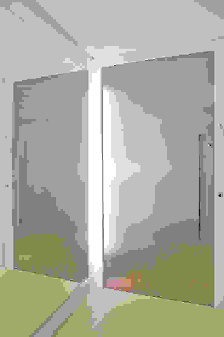 Tikkanen arquitetura Minimalist corridor, hallway & stairs