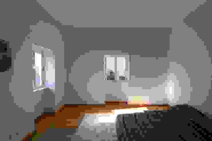 Quinta H | eco-remodelação| Madeira: Quartos  por Mayer & Selders Arquitectura,