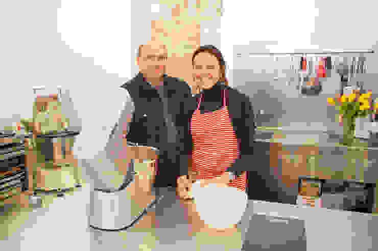 Foto de Giovanna Peracchia con Xavier Torres de Fdesignstudio Cocinas de estilo industrial de F Design Studio Industrial