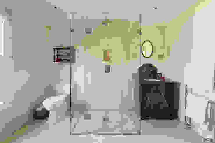 Justin Van Breda - Master Bathroom Badkamer van Justin Van Breda