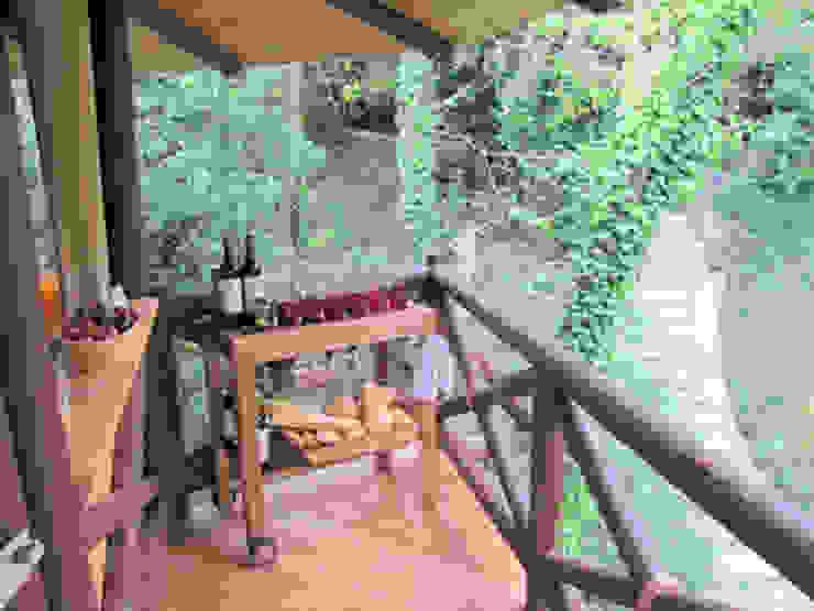 Casa sull'albero Balcone, Veranda & Terrazza in stile tropicale di Tree Top Builder Tropicale