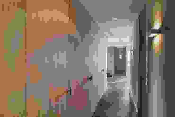 Corredores e halls de entrada  por Kwint architecten