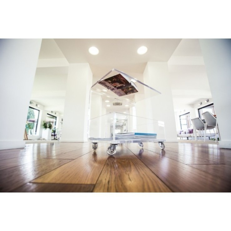 tavolino portariviste plexiglass di Designtrasparente Moderno