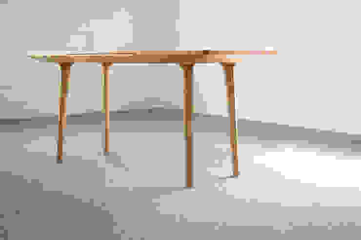 나무 책상: BORI STUDIO의 현대 ,모던