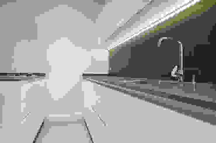 Restaurar vivienda en finca gótica Cocinas de estilo moderno de Torres Estudio Arquitectura Interior Moderno