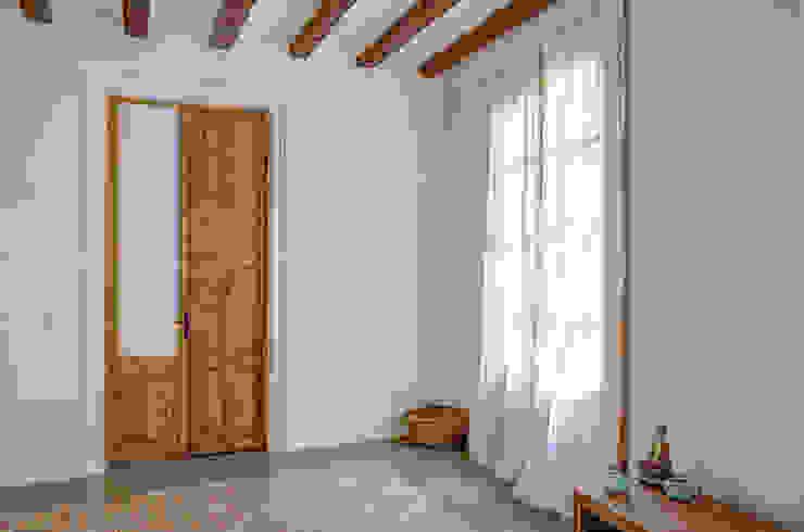 Restaurar vivienda en finca gótica Dormitorios de estilo rural de Torres Estudio Arquitectura Interior Rural