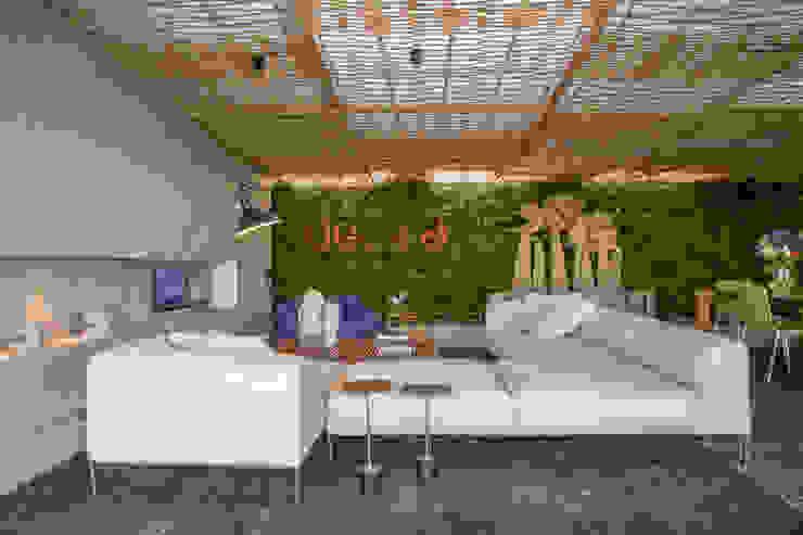 Loft Tropical – Casa Cor 2014 Salas de estar modernas por Gisele Taranto Arquitetura Moderno