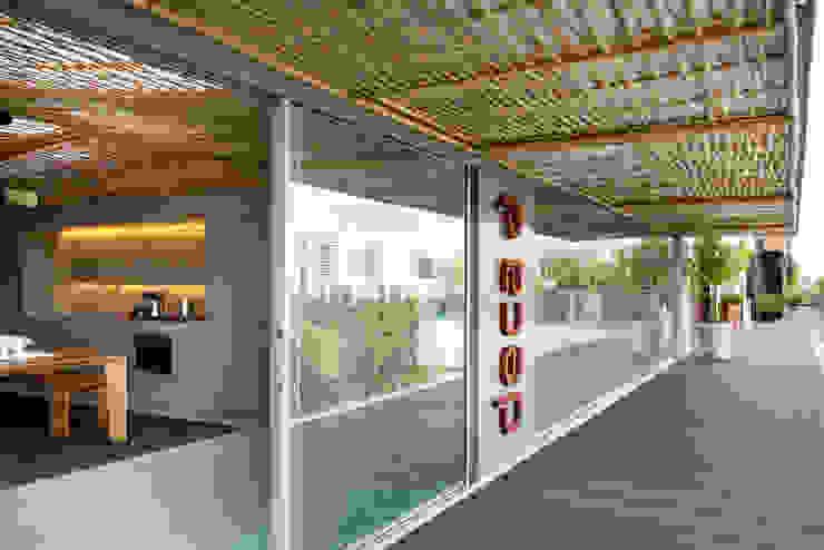 Loft Tropical – Casa Cor 2014 Portas e janelas modernas por Gisele Taranto Arquitetura Moderno