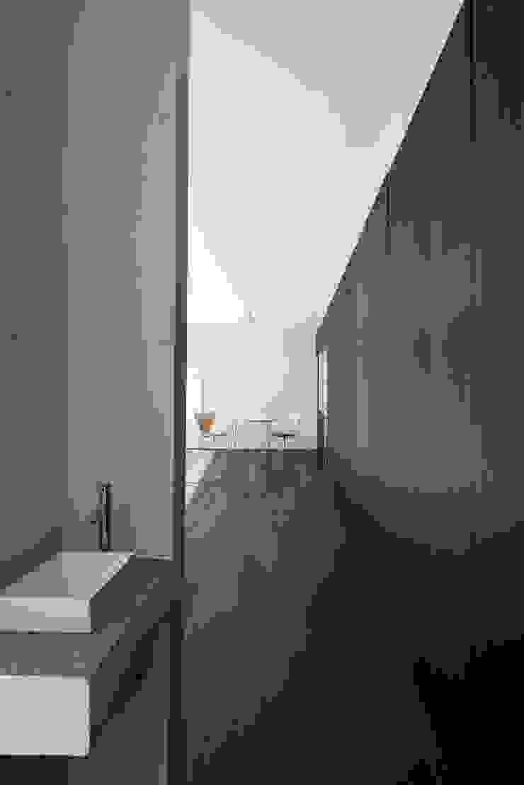 交差点 モダンスタイルの お風呂 の 後藤武建築設計事務所 モダン