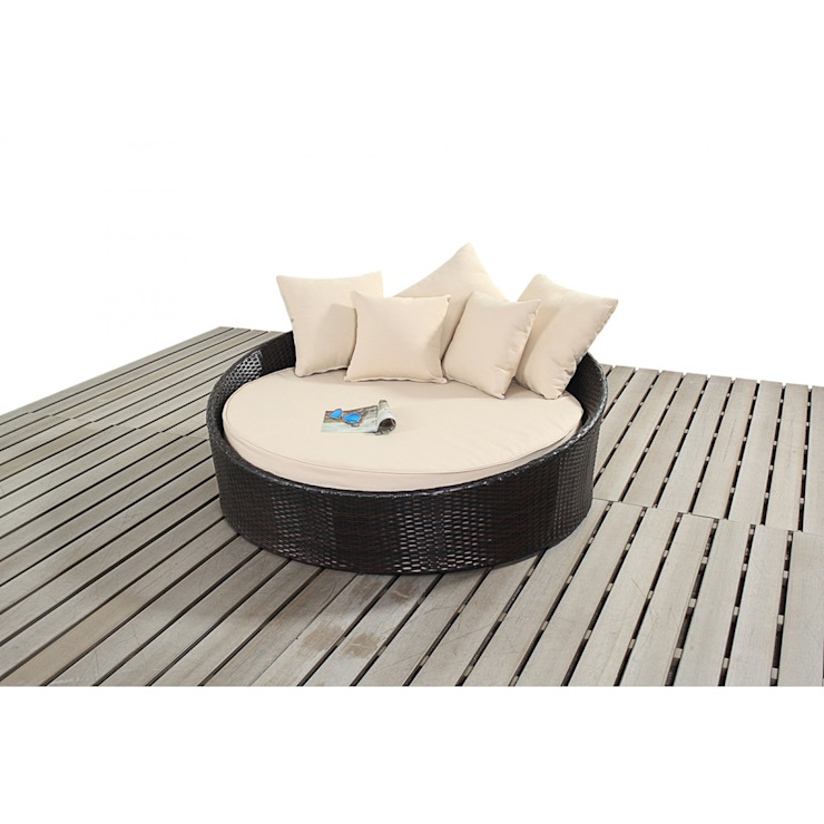 Bonsoni Small Daybed - Includes a Circular Bed With a Thick Base Cushion and Matching Scatter Cushions For added Comfort Rattan Garden Furniture de homify Clásico