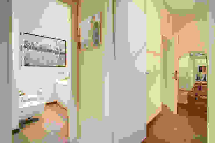 COVIELLO Ingresso, Corridoio & Scale in stile moderno di MOB ARCHITECTS Moderno