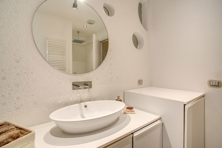 COVIELLO Bagno moderno di MOB ARCHITECTS Moderno
