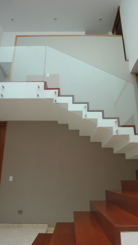 ze|arquitectura Modern corridor, hallway & stairs