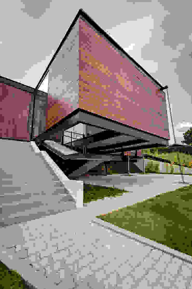 Casa Painel por Bruno Rubiano Moderno