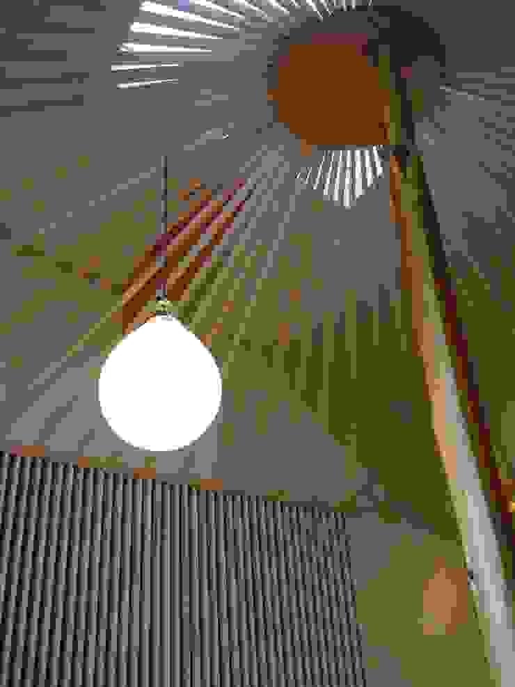 見立て傘と浮かぶ照明器具: 牧野建築計画が手掛けた現代のです。,モダン