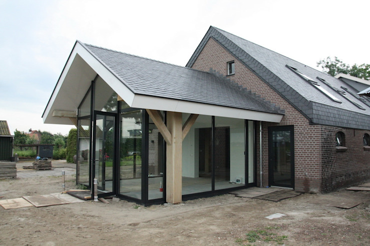 Verbouw van een stal Moderne serres van Architectenbureau Jules Zwijsen Modern