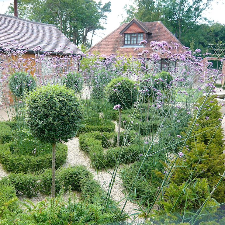 A walled garden near Henley on Thames: country  by Joanne Alderson Design, Country