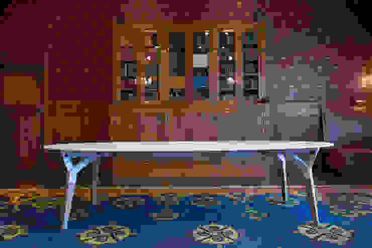 The Kataba table white, oval: modern  door PeLiDesign, Modern