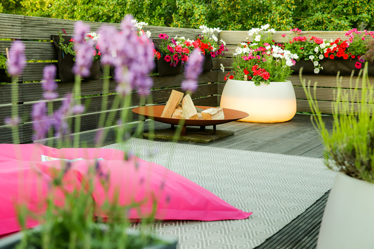 Outdorr Teppich, beleuchteter Blumenkübel: modern  von DIE BALKONGESTALTER,Modern