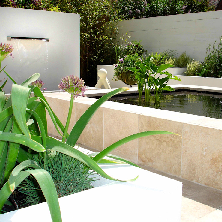 A contemporary courtyard in Henley on Thames: modern  by Joanne Alderson Design, Modern