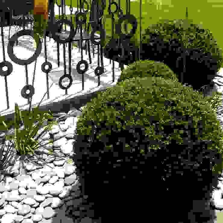 Topiary balls & bespoke railing for contemporary styling de Joanne Alderson Design Rural